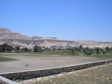 Blick von den Memnonkolossen zum Tal der Könige - Tal der Könige