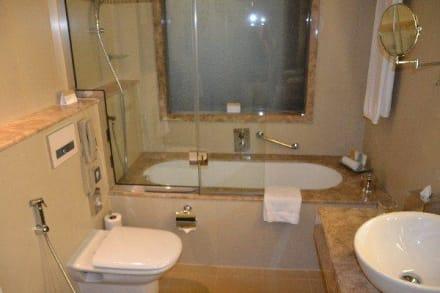 badewanne mit regendusche bild hotel m venpick deira in dubai dubai vereinigte arabische. Black Bedroom Furniture Sets. Home Design Ideas