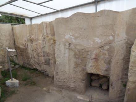 Überdachte Reliefs im Tempelkomplex - Tempelanlage von Tarxien