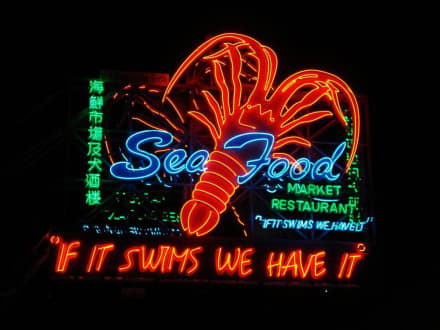 Die Leuchtreklame am Eingang - Seafood Market