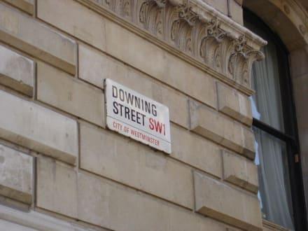 Straßenschild der berühmten Downing Street - 10 Downing Street