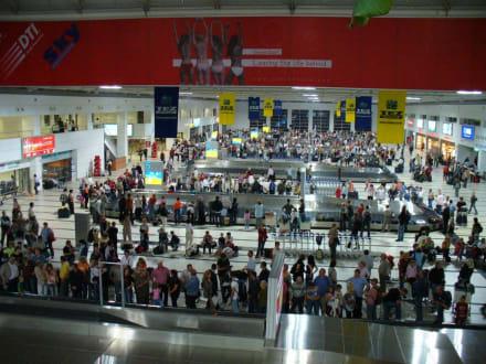 Ankunfsthalle im neuen Terminal - Flughafen Antalya (AYT)