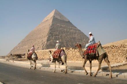 Gizeh, Chephren-Pyramide rechts im Hintergrund - Pyramiden von Gizeh