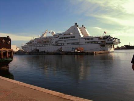 Kreuzfahrtschiff im Hafen Sousse - Hafen Sousse