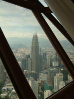 Blick auf die Petronas Twin Towers - Menara Kuala Lumpur (Fernsehturm)