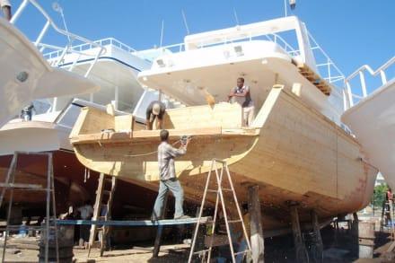 Noch echte Handarbeit - Bootswerft Hurghada