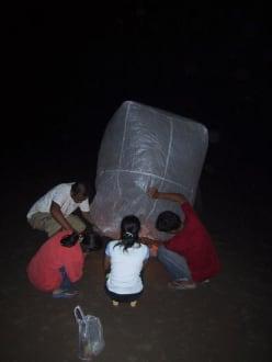 Heissluftballon wird vorbereitet - Loy Krathong