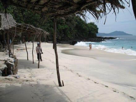 Blick entlang den Warungs - White Sand Beach