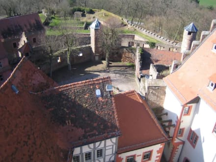 Der Blick von oben auf den oberen Innenhof. - Burg Breuberg
