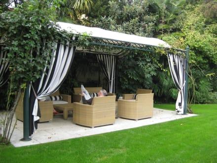 sitzgelegenheit im garten bild hotel 4 stagioni in. Black Bedroom Furniture Sets. Home Design Ideas
