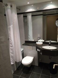 sch ne badezimmer bild leonardo hotel hannover airport in langenhagen niedersachsen deutschland. Black Bedroom Furniture Sets. Home Design Ideas