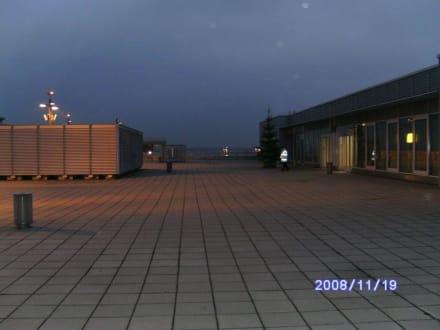 2.Besucherterrasse am Abend - Flughafen Düsseldorf (DUS)