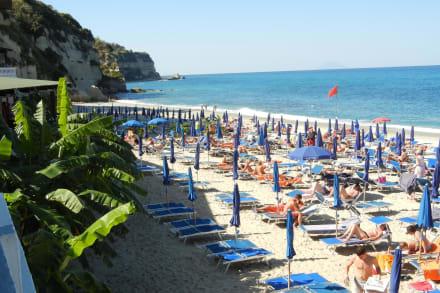 Blick zum Strand von der Pizzeria aus - LABRANDA Rocca Nettuno Tropea