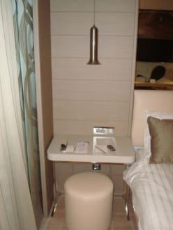 mini schreibtisch neben dem bett bild hotel titanic. Black Bedroom Furniture Sets. Home Design Ideas