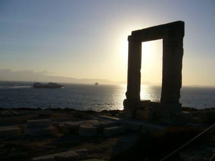 Das Tempeltor Portára - Hafen Naxos Stadt