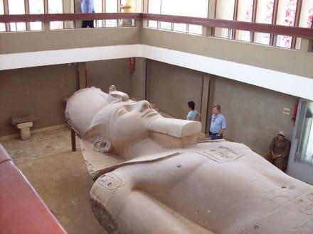 Kolossal Statue des Ramses - Freilichtmuseum Memphis