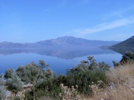 Bafasee umgeben vom Latmosgebirge - Bafa Gölü