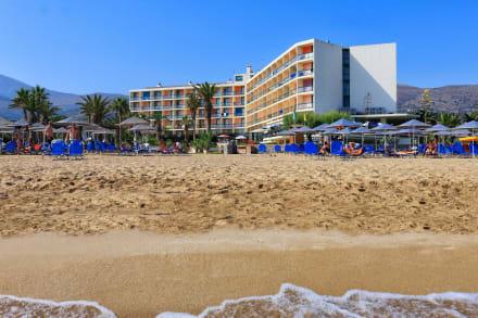Das Hotel liegt direkt an einem langen Sandstrand -
