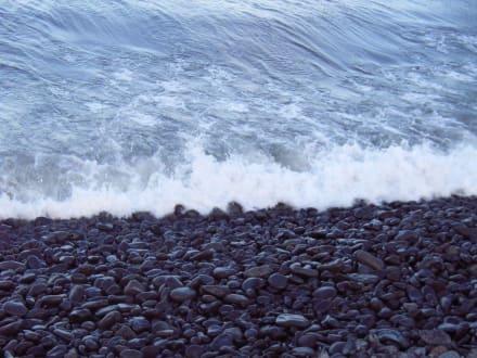 Steinstrand von nah - Strand São Roque