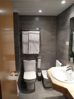 sch ne badezimmer bild hotel thb sur mallorca in colonia sant jordi mallorca spanien. Black Bedroom Furniture Sets. Home Design Ideas