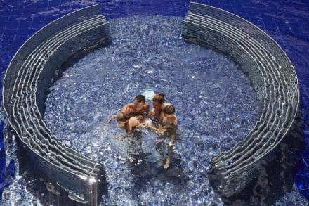 Gigante piscina esterna con idromassaggi -