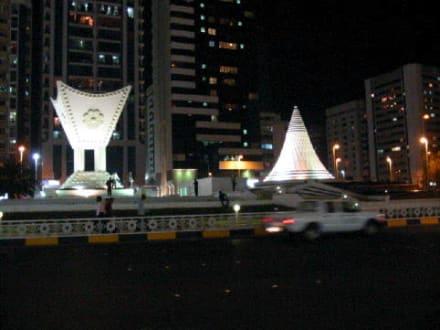 Abu Dhabi bei Nacht  - Ittihad Square