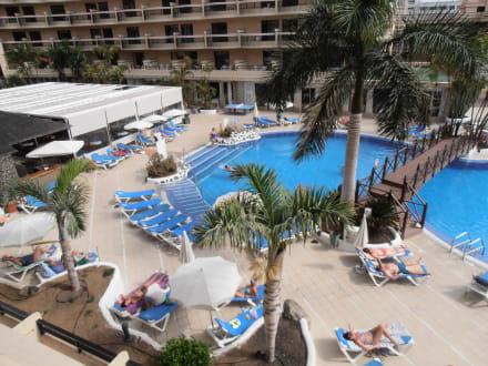 blick vom balkon auf den pool bild hotel dream noelia. Black Bedroom Furniture Sets. Home Design Ideas