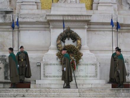 Wache vor dem Momument - Monumento Nazionale a Vittorio Emmanuele II
