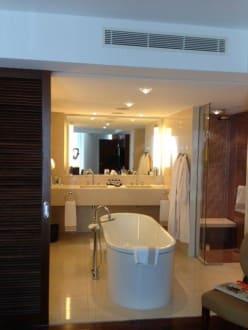 offenes bad mit freistehender badewanne bild hotel jumeirah frankfurt in frankfurt am main. Black Bedroom Furniture Sets. Home Design Ideas
