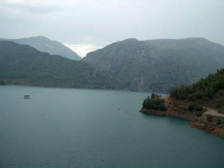 Blick auf den Stausee in der Nähe von Manavgat - Oymapinar Baraji/ Stausee Green Lake & Green Canyon