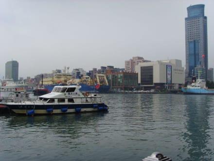 Hafenbecken mit einzigem Wolkenkratzer der Stadt - Keelung