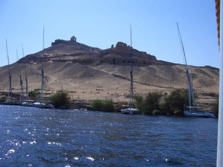Nil bei Assuan, im Hintergrund Gräber - Nil