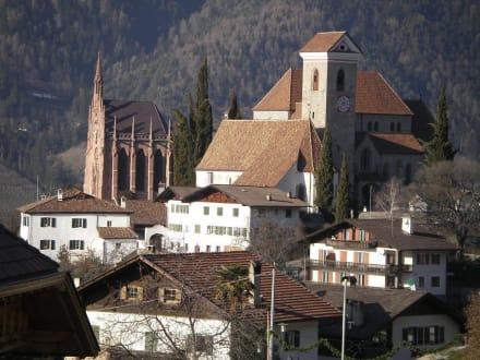 Blick auf Schennas Zentrum - Pfarrkirche Maria Himmelfahrt