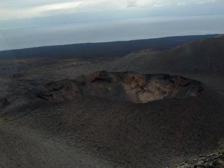 Das ist ein Krater im Timanfaya-Ntionalpark - Nationalpark Timanfaya (Feuerberge)