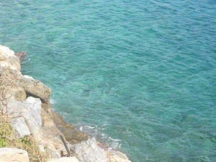 Glasklares, türkisfarbenes Wasser - Strand Agios Nikolaos