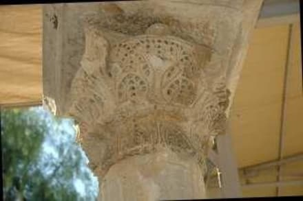 ein Kompositkapitell des Säulenganges - Kirche Hl. Nikolaus