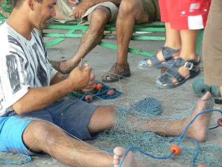 Fischer bei reparieren der Netze - Strandpromenade Bugibba