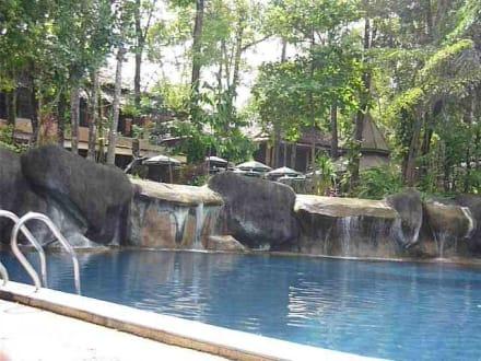 pool mit wasserfall bild khao lak merlin resort in khao lak south beach khao lak phang nga. Black Bedroom Furniture Sets. Home Design Ideas