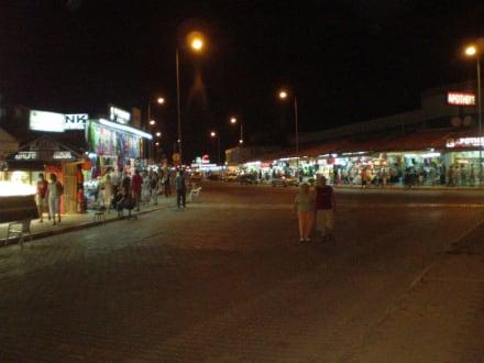 Einkaufsstrasse vor dem Hotel - Einkaufen & Shopping