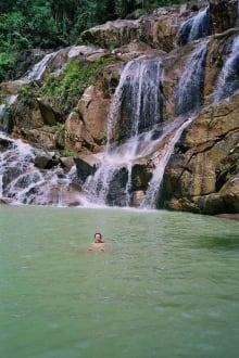 Ein Bad in der Lagune unterhalb des Wasserfalls - Panching Caves and Waterfall Tour
