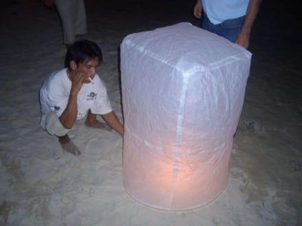Befeuerung und Start eines Heissluftdrachens - Lichterfest Loy Krathong