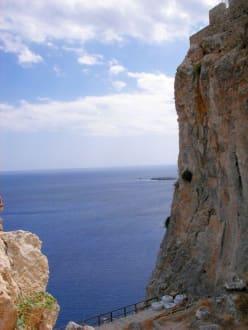 Blick von der Festung auf die Felsen - Akropolis von Lindos