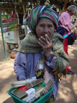 Zigaretten Verkäuferin - Mingun Pagode