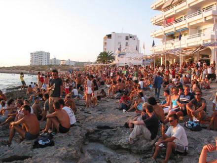 Sonnenuntergangsbesucher am Cafe del Mare - Cafe del Mar