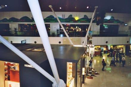 Auf der Galerie gibt es Restaurants und Lounges - Flughafen Kuala Lumpur (KUL)