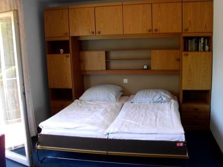 schrankwande mit bett carprola for. Black Bedroom Furniture Sets. Home Design Ideas