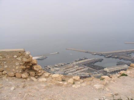 Ein Stück ehemalige Altstadt von Agadir mit Blick auf den Ha - Fischereihafen Agadir