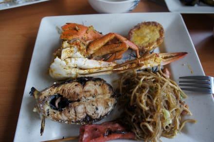 Leckere Speisen vom Buffet  - Loboc River