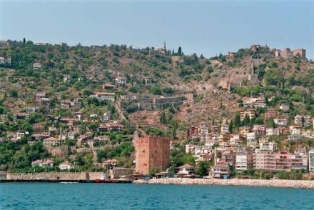 Blick auf Festung, roten Turm, Hafen - Bootstour Alanya