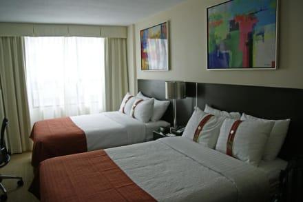 grosse betten mit vielen kissen bild holiday inn toronto. Black Bedroom Furniture Sets. Home Design Ideas